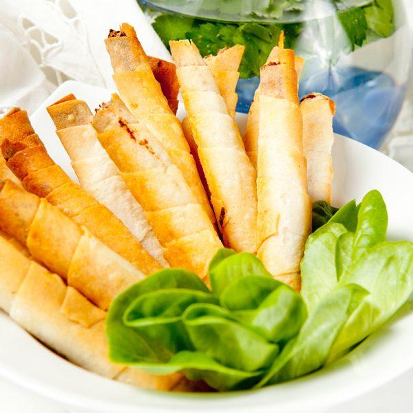 Filodeg (VETEmjöl, salt), potatis , rapsolja, FETAOST (KOMJÖLK), lök, kryddor.